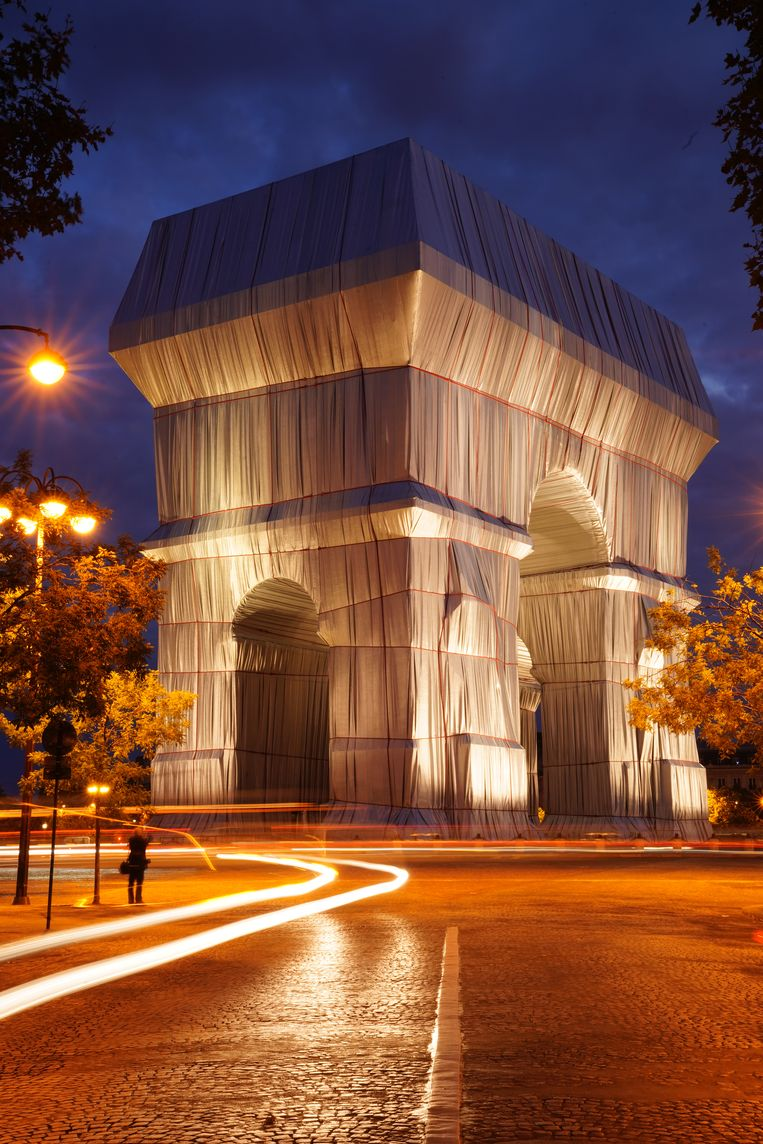 'L'Arc de Triomphe, Wrapped' bij nacht. Beeld Christo and Jeanne-Claude Foundation