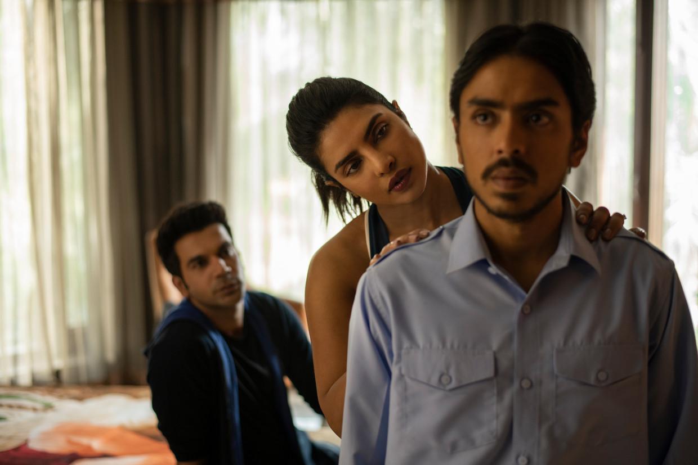 Van voor naar achter: Adarsh Gourav (Balram), Priyanka Chopra (Pinky) en Rajkummar Rao (Ashok) in 'The White Tiger'.  Beeld Netflix