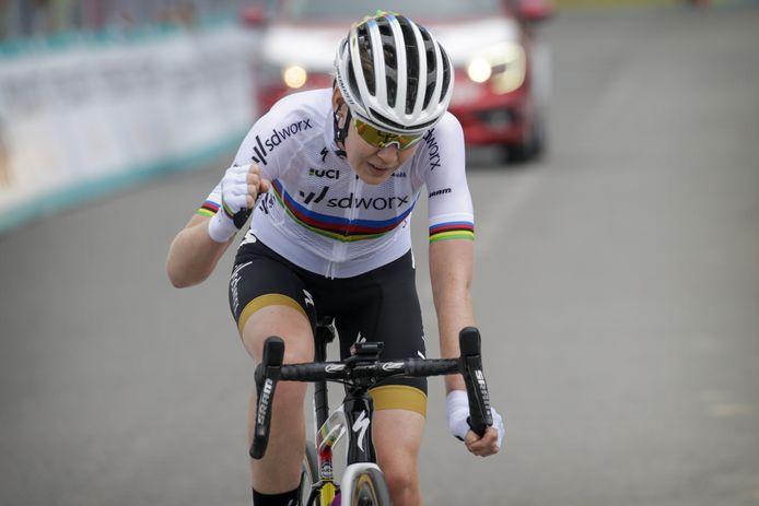 Wereldkampioen Anna van der Breggen heeft de ritzege en de leiderstrui te pakken.