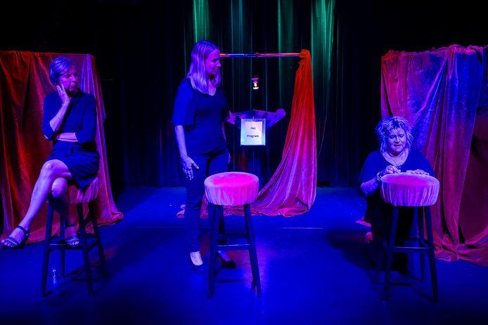 Scène uit de eenakter 'Het Program'  met vlnr: Yolanda Smits, Tamara van As en Cora Hoogstrate.