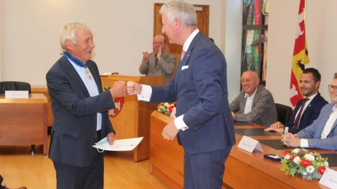 Ereburgemeester Erné De Blaere (72) mag zich nu Commandeur in de Orde Leopold II noemen