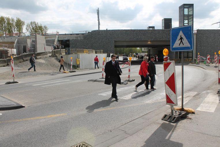 Aan de achterkant van dat stationsgebouw is het voor zwakke weggebruikers momenteel niet echt veilig.