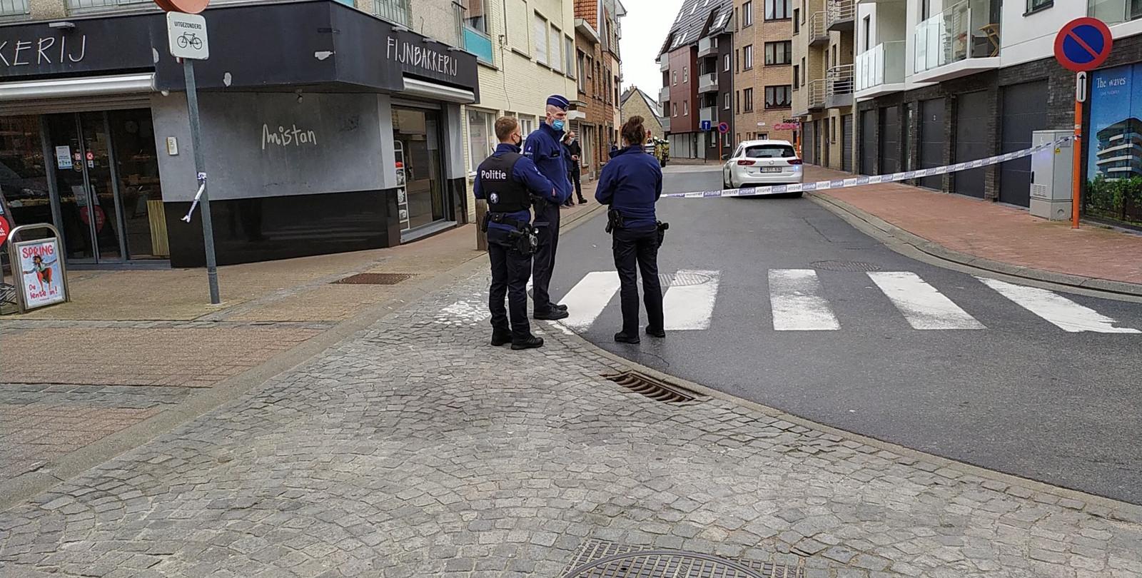 De buurt rond de Golfstraat en Hasselstraat in Bredene is momenteel afgesloten. Verkeer moet omrijden en bewoners moeten binnenblijven. Oorzaak is een ondergronds gaslek.