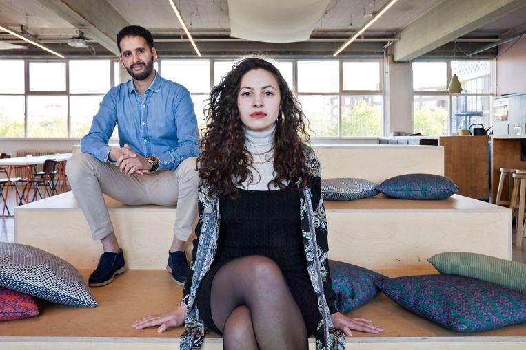 Anass Meziane (links) en Hiba Zahouani op het kantoor van Wrokko, een organisatie die hoogopgeleide, biculturele jongeren helpt bij het vinden van een baan. Beeld Otto Snoek