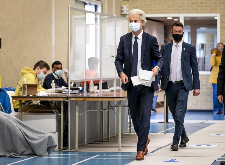 Geert Wilders brengt zijn stem uit voor de Tweede Kamerverkiezingen in Sporthal Boswijk, Den Haag. Beeld EPA