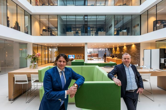 Bestuurders Robèrt Molenaar (l) en Stephan Seijkens in het Waalrese kantoor van WVDB.