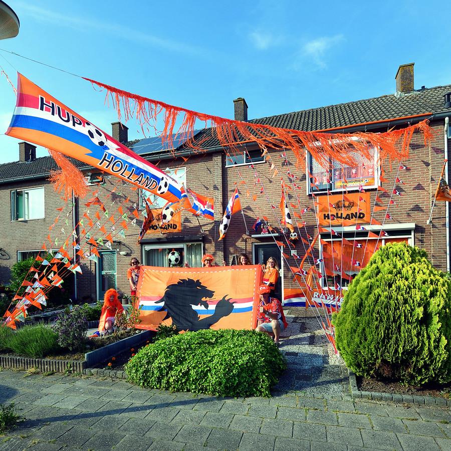In de Pietheijnstraat in Dinteloord vallen de huizen van John, Annemarie en Nadia de Nijs en buren Cecilia van Gaans en Claudia Barendregt wel op.