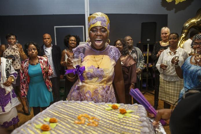 De Surinaamse Tecla Koulen (55 jaar) viert haar verjaardag in een zaaltje in Zaandam met ruim 150 genodigden, met een band en een groot buffet.
