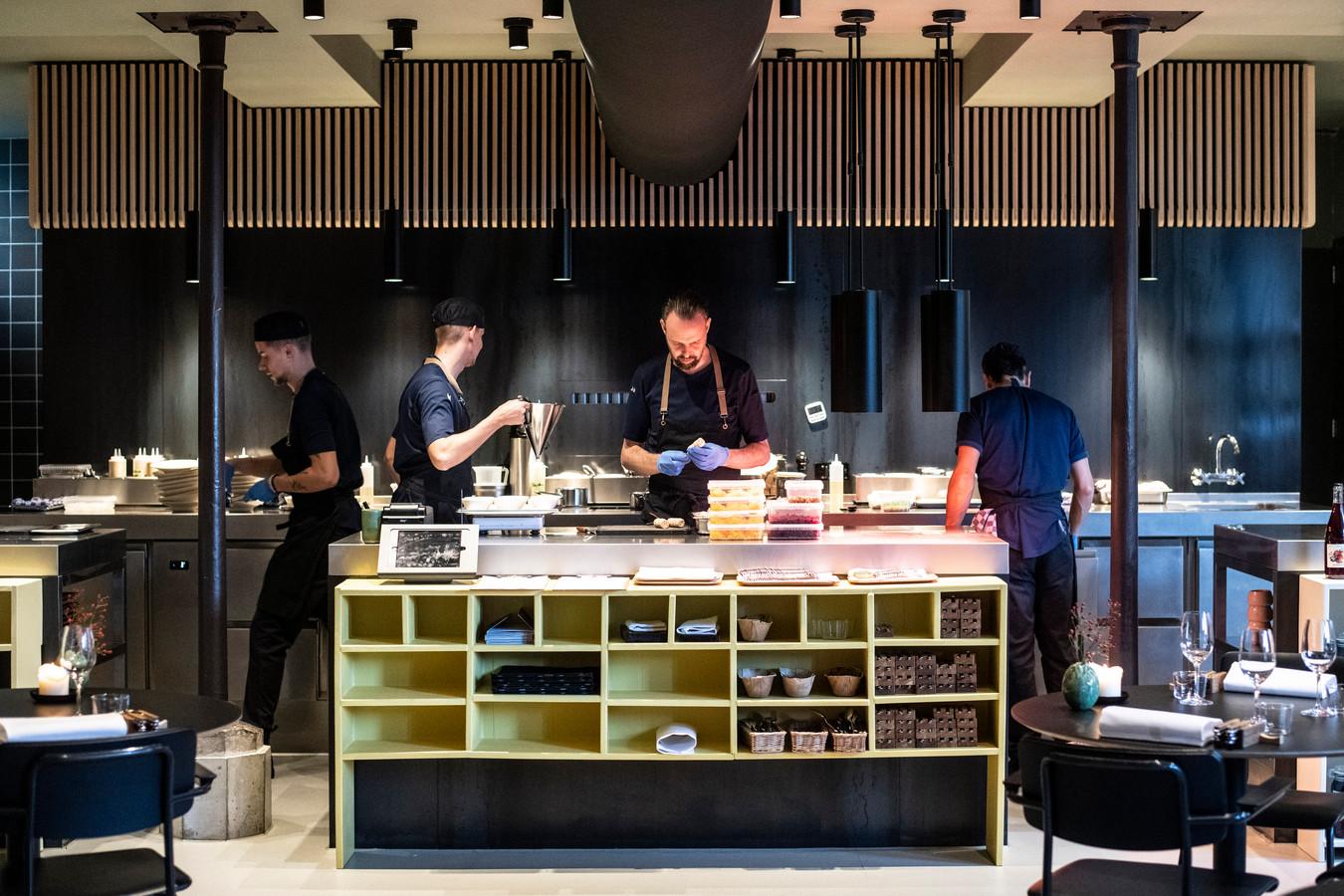 De keuken van De Nieuwe Winkel met in het midden Emile van der Staak.