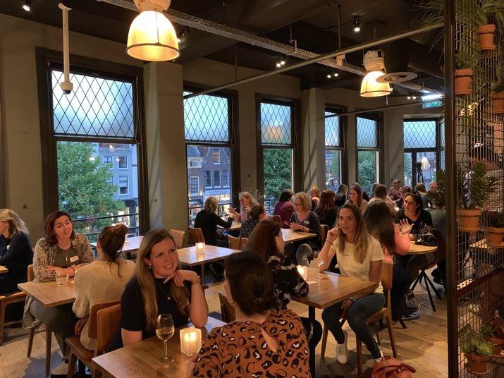 Impressie van de eerste speeddate voor vriendinnen in Nederland (Utrecht, 24 april 2019).