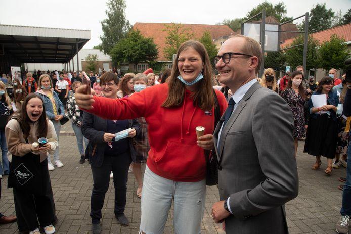 Minister Ben Weyts ging party crashen op het festival van Tectura in Merelbeke en ging gewillig met de studenten op een selfie.