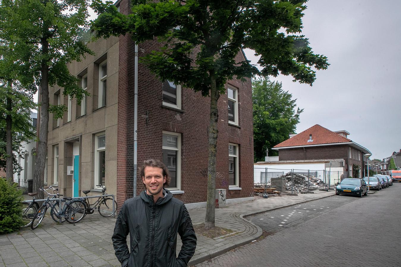 Eindhoven Reinier van Abbe bij zijn project op de hoek Rochusstraat-Stratumsedijk; dat is inmiddels klaar en de woningen zijn verkocht.