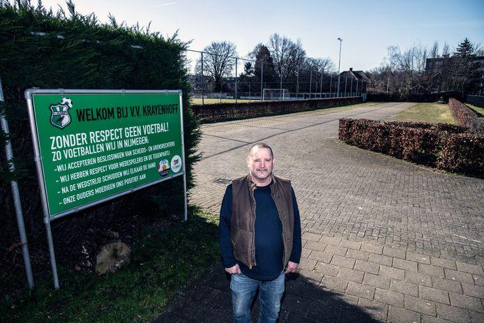 Ger Maas van Krayenhoff voor de parkeerplaats van de club.