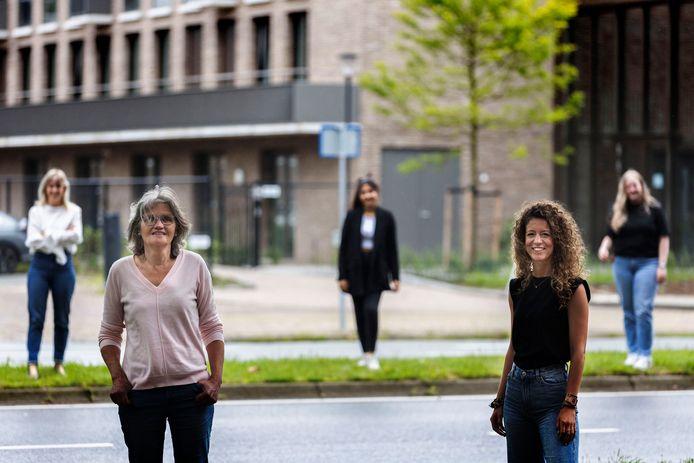 Op de voorgrond Summa-teamleider Rieke Wilke en Summa-docente Susanne Smits. Op de achtergrond (vlnr) Neos-praktijkbegeleider Mirte en haar - binnenkort - nieuwe collega's Arina en Danee. Ze staan voor het nieuwe gebouw van Neos aan de Boutenslaan in Gestel.