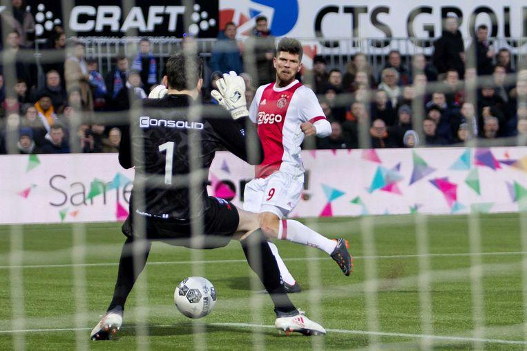 Ajax-spits Klaas-Jan Huntelaar passeert doelman Diederik Boer van PEC Zwolle. Beeld ANP Pro Shots