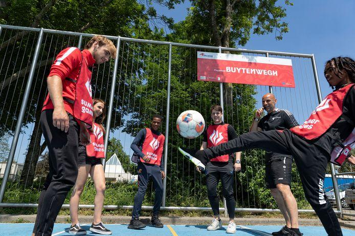 Summer Games: nog vijf vrijdagen met voetbal-clinics op de vier Krajicek playgrounds met een stadsfinale als afsluiter. De scheidsrechter is Johan Huurman, een van de organisatoren.