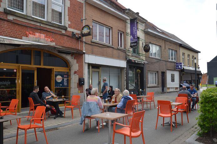 De Geraardsbergsestraat als terrasstraat aan café Nostalgie in Ninove.