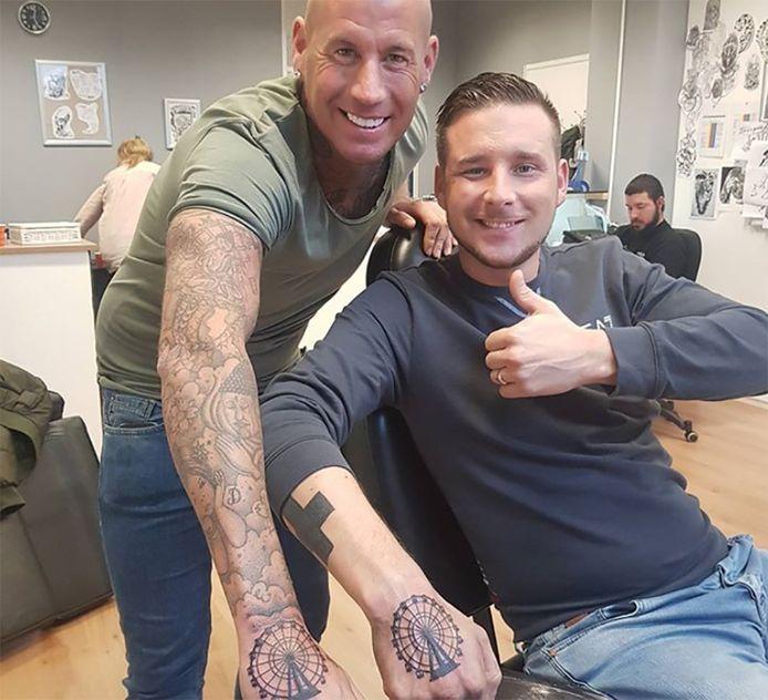 Rolf Tangel (links) en Gekke Petertje tonen hun Walibi-tatoeage.
