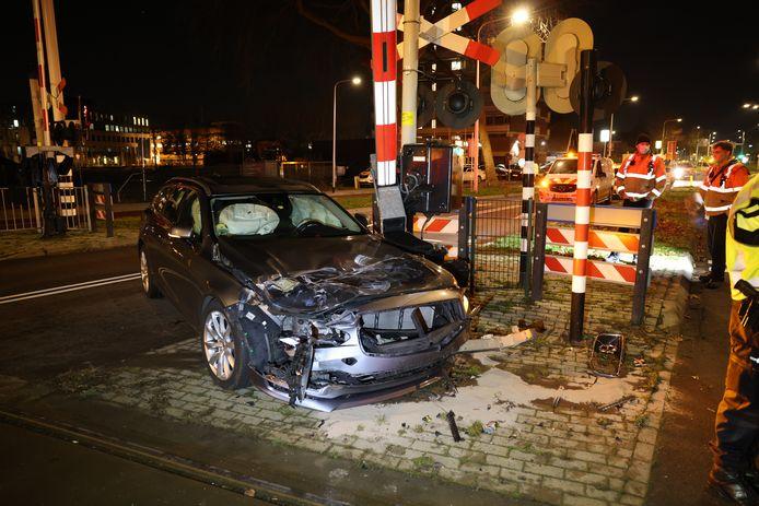 De auto bleef na de botsing achter met flink veel schade.
