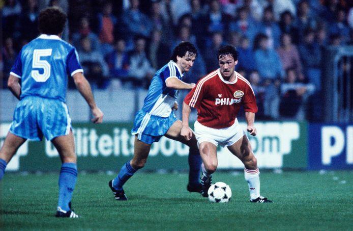 Berry van Aerle werd een cultheld bij PSV en veroverde er vele prijzen. Hier speelt hij in de Europacup I in 1989 tegen FC Luzern.
