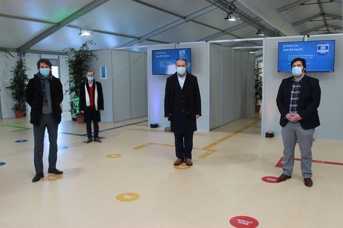 De vier burgemeesters in het vaccinatiecentrum Hoge Wal.