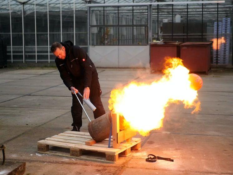 'Carbid in handen Haagse jongeren levensgevaarlijk', zegt vuurwerkhandelaar na cursus carbidschieten