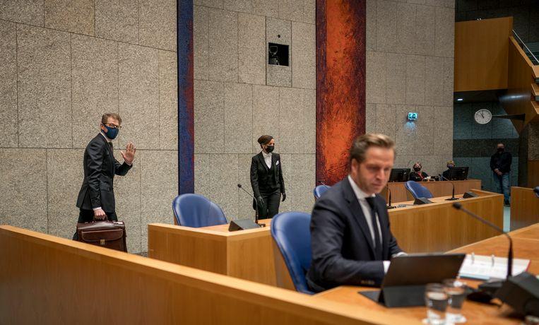 Minister Hugo de Jonge van Volksgezondheid, Welzijn en Sport (CDA) en Minister Sander Dekker voor Rechtsbescherming (VVD) voor aanvang van het debat over een privacylek in de systemen van de GGD.  Beeld Freek van den Bergh / de Volkskrant