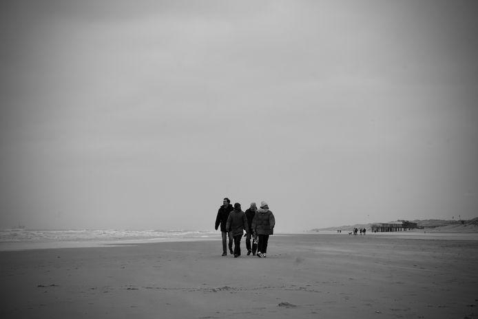De vier muzikanten op het strand van Ameland waar in november vorig jaar het nummer Als Ik Je Weer Zie werd geschreven.