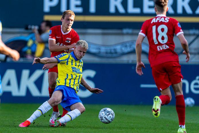 Jens Odgaard viel in tegen AZ. Achter hem Thijs Oosting, zoon van RKC-coach Joseph Oosting.