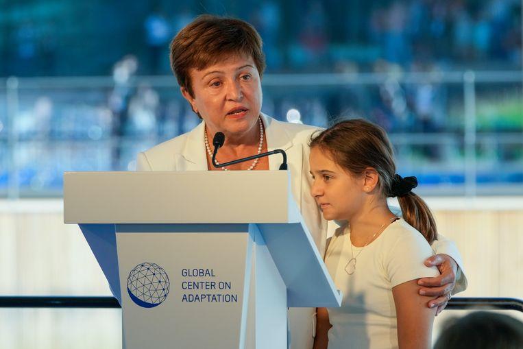 Directeur Kristalina Georgieva van het Internationaal Monetair Fonds geeft een toespraak over klimaatverandering in Rotterdam. Ze staat op het podium met haar kleindochter.  Beeld AP