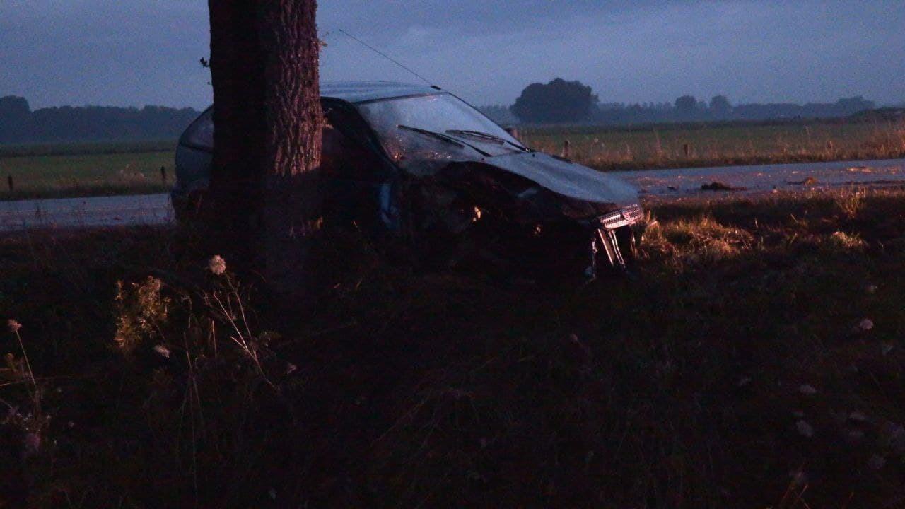 Op de Misterweg-N318 is een bestuurster van de weg geraakt en tegen een boom tot stilstand gekomen.