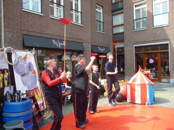 Circus Caps uit Veghel tijdens een optreden in Schijndel.
