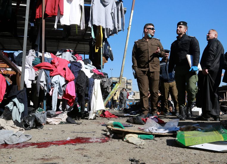 Iraakse veiligheidsagenten op de markt in het centrum van Bagdad waar kort na elkaar twee zelfmoordaanslagen zijn gepleegd. Beeld Hadi Mizban / AP