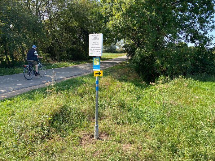 De pijl op het nieuwe wandelbord in Leuth wijst richting een onzichtbaar pad over boerenland.