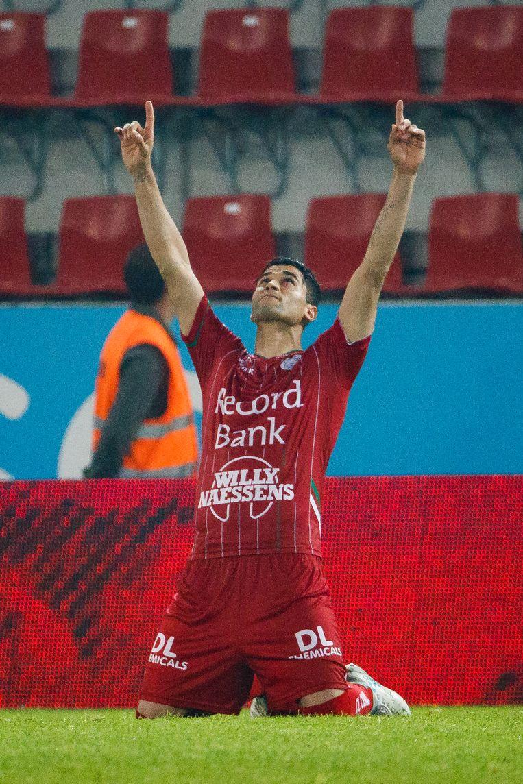 Hamdi Harbaoui wijst naar de hemel. Hij heeft zonet de beslissende strafschop tegen de touwen gejast.