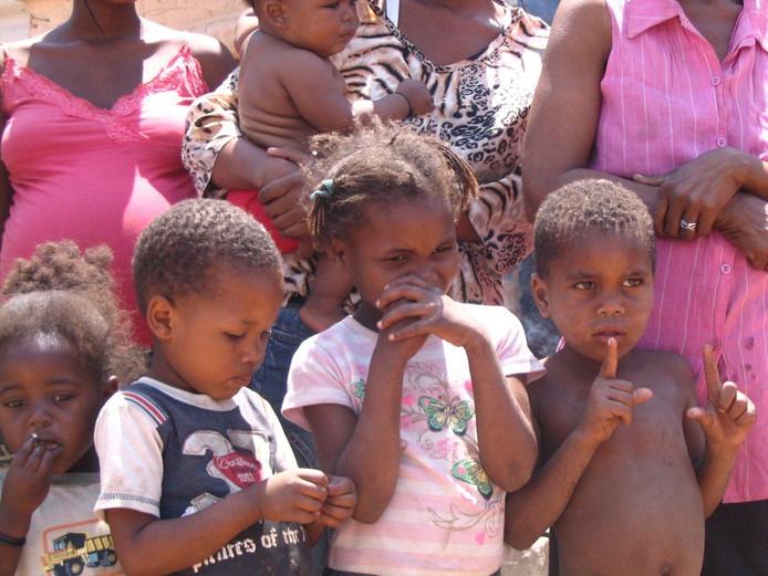 Deze kinderen in Otjiwarongo maken gebruik van de speeltuin die bij het helpcentrum in dat stadje gebouwd is. archieffoto Frans van Halder