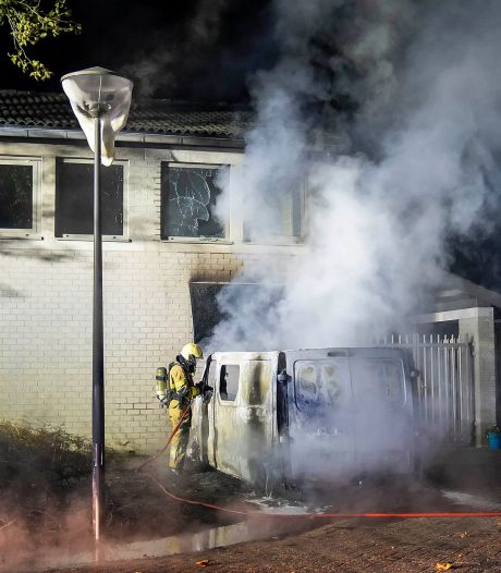 Bestelbus in brand in Oss: ook dagbestedingscentrum loopt schade op