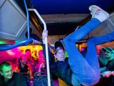 Een gewiekste ondernemer huurt drie bussen en brengt de feestgangers naar een feestzaal in Leeuwarden