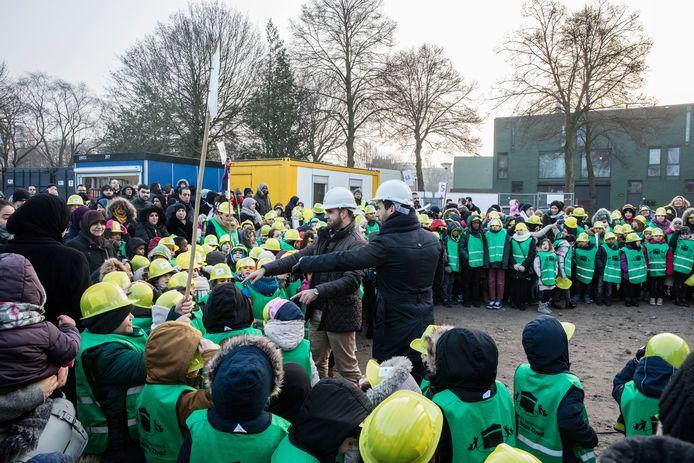 Bestuursleden Yassin El Bakiouli en Mohammed Azaimi (links) temidden van kinderen bij de start van nieuwbouw voor de Islamitische Basisschool Tarieq Ibnoe Ziyad in 2017, aan de Frankrijkstraat in Eindhoven (archieffoto).