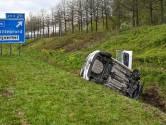 Auto rijdt sloot in op A58 bij Etten-Leur