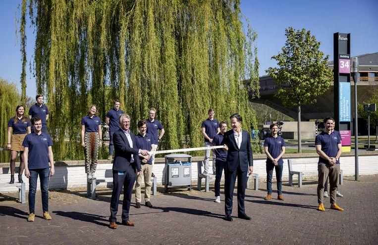 Premier Mark Rutte bezoekt de TU Delft. Een studententeam werkt hier aan OperationAIR, een eigen ontwerp voor een beademingsapparaat.  Beeld ANP