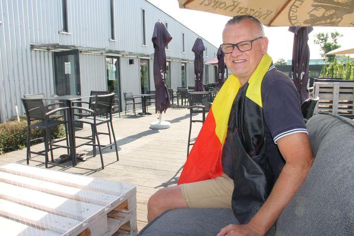 Francis Leman van cultuurcafé De Leest zendt de EK-wedstrijden van de Rode Duivels binnen op groot scherm uit.