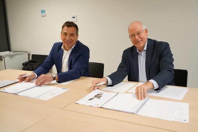 Erik Lammerink (links) en burgemeester John Joosten ondertekenen de overdracht van Dorper Esch.