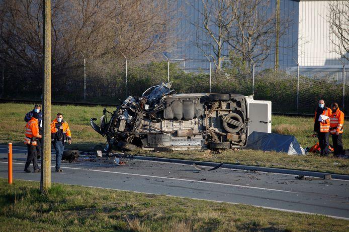 Het ongeval gebeurde in de bocht bij het bedrijf BASF. Eén inzittende van de camionette overleefde het accident niet.