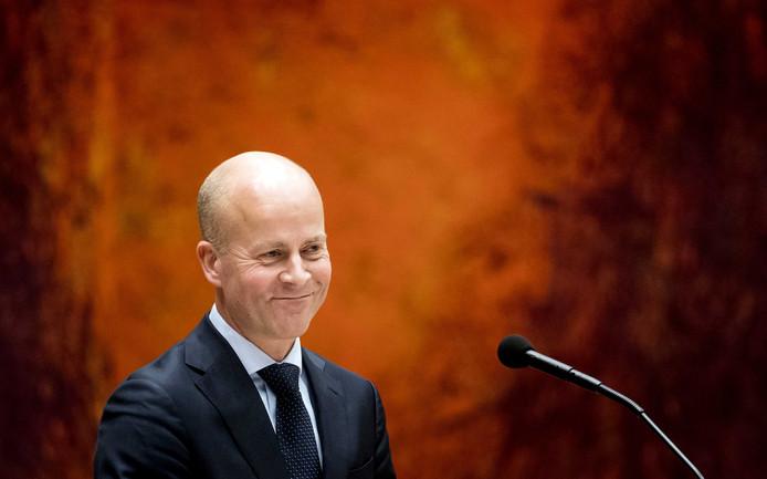 Raymond Knops, staatssecretaris van Binnenlandse Zaken, wil digibeten helpen om te gaan met een computer, tablet of smartphone.