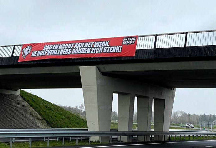 Spandoek van Eibergse FC Twente fans boven de N18 om de hulpverleners een steun in de rug te geven.