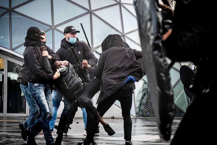 De politie tegenover demonstranten op het 18 Septemberplein in Eindhoven.
