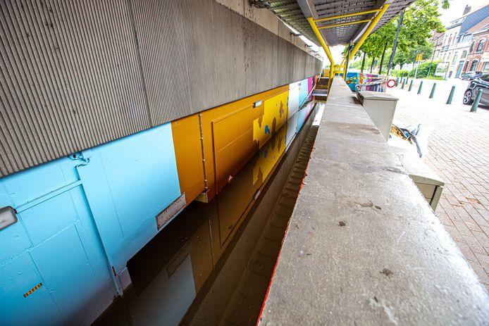 Het station van Lot bleef vrijdag ook afgesloten aangezien de perrons via de tunnel (links onder in beeld) niet te bereiken waren.