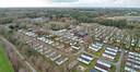 Dronefoto van de chalets bij De Naaldhof.