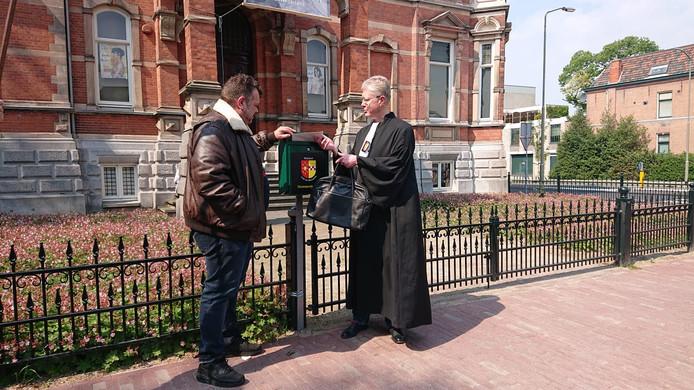Van Rooij (l) en Van Erp doen de brief op de bus voor 'nationaal museum' Jan Cunen.